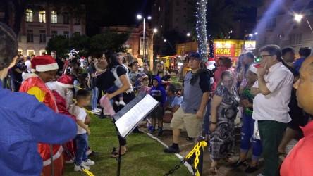 Grande público recebe o Papai Noel na Praça do Imigrante