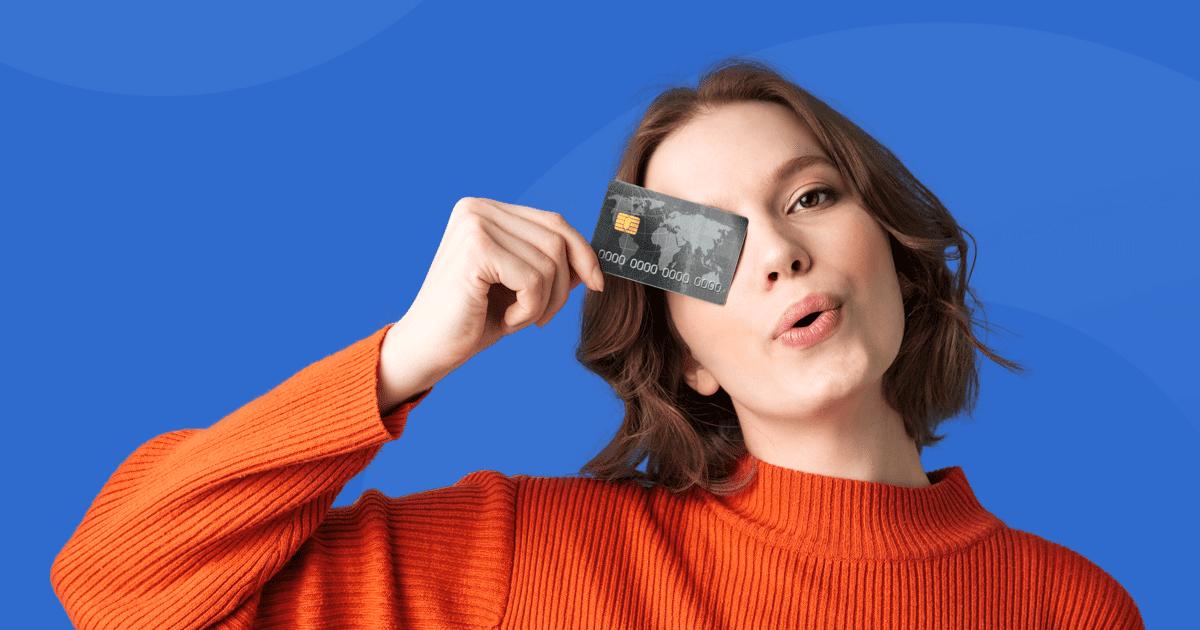 Ilustração de um homem olhando ao celular, referente ao IQ Brasil Cartões de Crédito