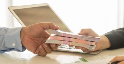 Qual a diferença entre empréstimos online e no banco