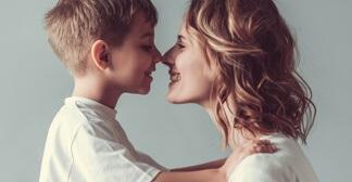 Mãe e seu filho de frente um pro outro com os narizes encostados
