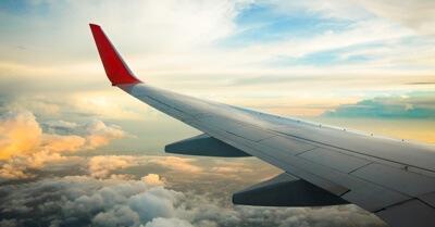 Foto de uma asa de avião vista da janela