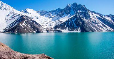 Vista de um lago com montanhas nevadas ao fundo