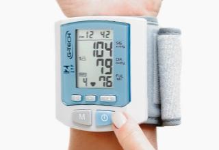 df10d6183 O Aparelho de Pressão Digital Automático de Pulso G-TECH RW450 é o  equipamento ideal para o acompanhamento dos níveis de pressão arterial