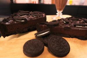Saboreie esta cremosa torta de oreo com ganache de chocolate!