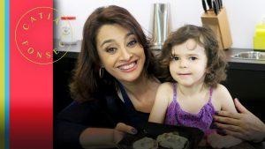 Catia Fonseca faz receitas com Luiza (filha da Titi Vidal)