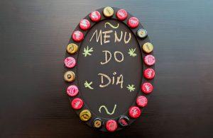 Quadro de recados com tampinhas de garrafa por Anna Patricia de Melo Silva