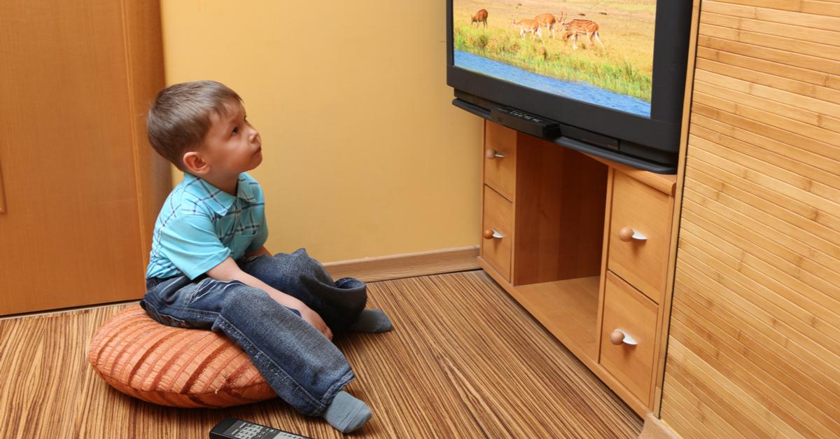 tv catia fonseca - 5 fatos sobre a otite em crianças - Criança assistindo televisão