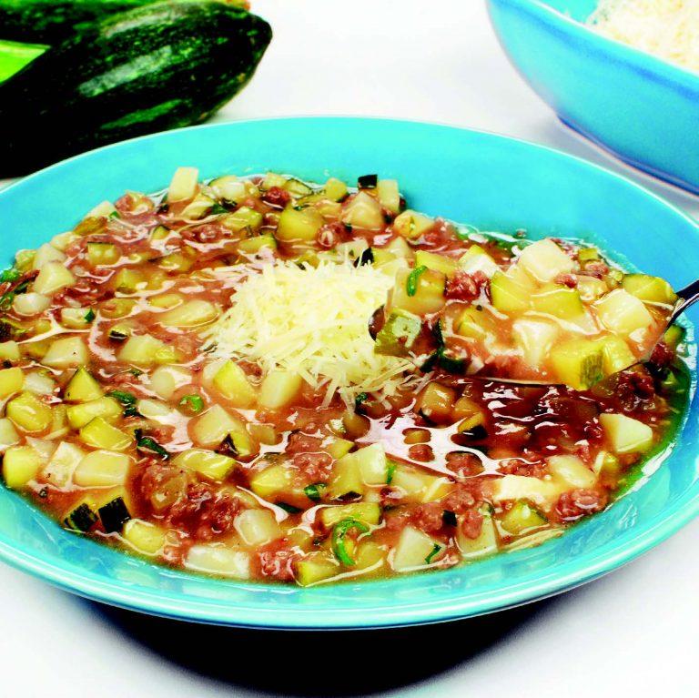 Receita da revista da Catia: Sopa de abobrinha com carne moída