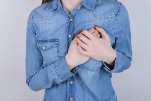 Dor na mama: o que pode ser? por Dr. Vinicius Breda Pereira
