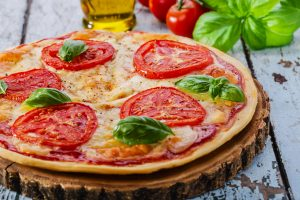Pizza low carb com quinoa por Malu Lobo