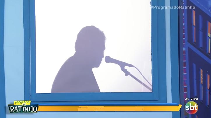 """Sombra, locutor do Programa do Ratinho, mostra o rosto e detona a Record: """"eles transferiam a igreja para dentro da televisão"""""""