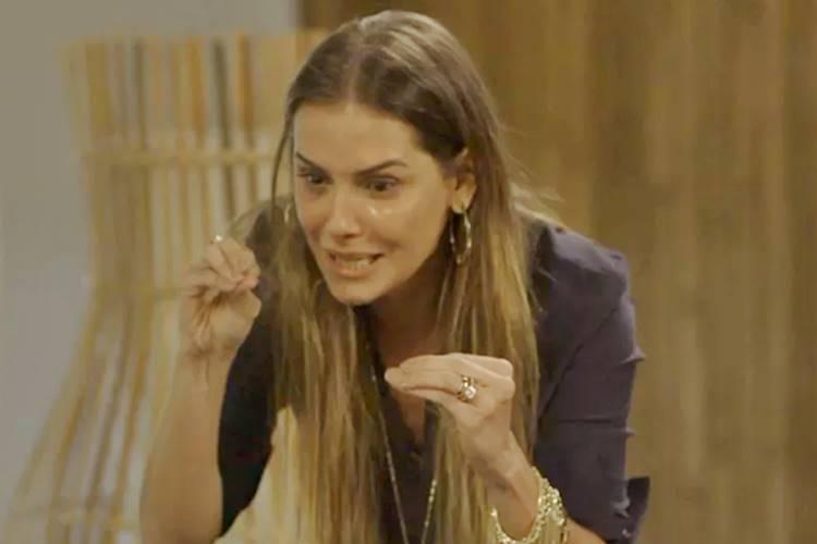 Segundo Sol: Karola segue passos da mãe, vira cafetina e assume comando de bordel