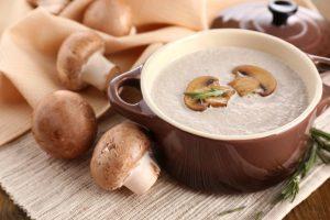 Sopa cremosa de shitake com alho poró por Lais Murta