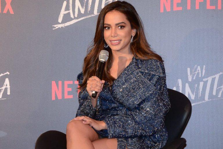"""Após Grammy Latino, Anitta desembarca no Brasil e desabafa: """"Não consigo me manter em pé"""""""