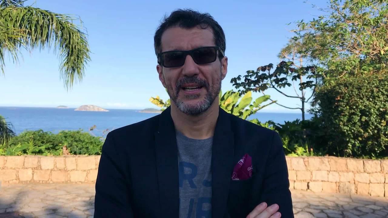 Ator que se destacou em novelas da Globo aparece vestido de saia e surpreende por atitude