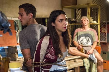 Malhação: Márcio tenta salvar Pérola de criminosos e falha miseravelmente