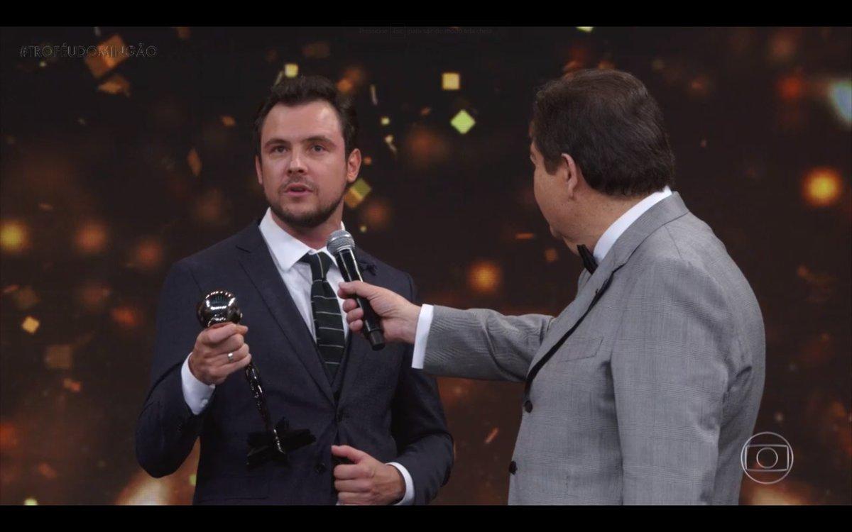Sérgio Guizé é eleito o melhor ator do ano e manda recado para Bianca Bin ao vivo no Faustão