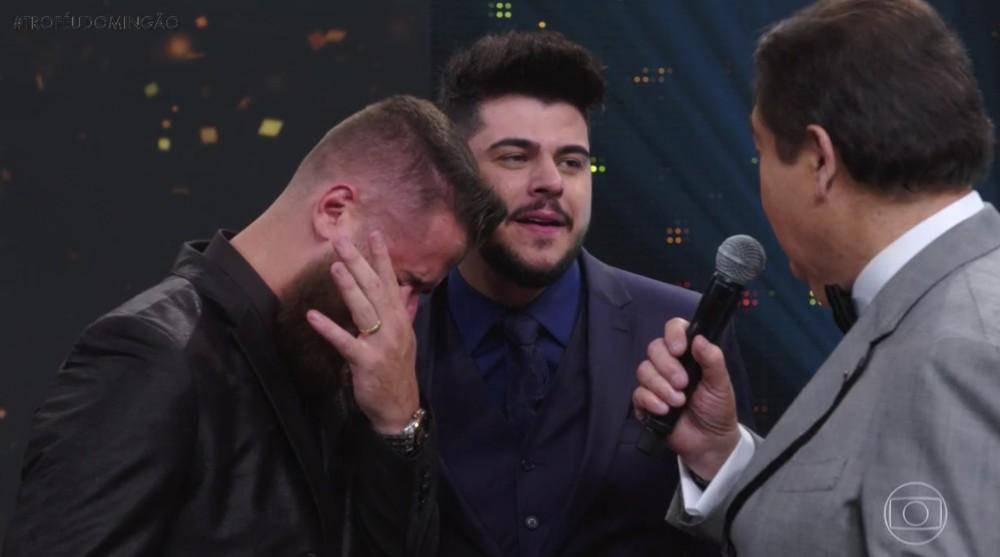 Zé Neto vence o Troféu Domingão com Cristiano, cai no choro e revela dificuldade antes da fama