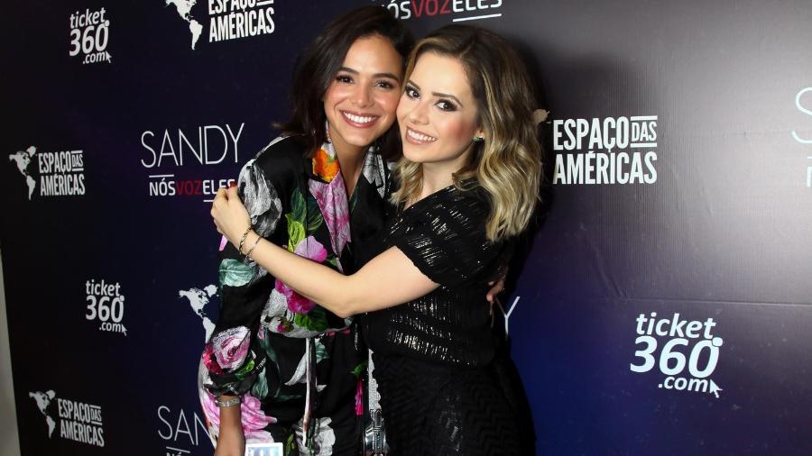 Solteira, Bruna Marquezine curte show de famosa cantora e a tieta