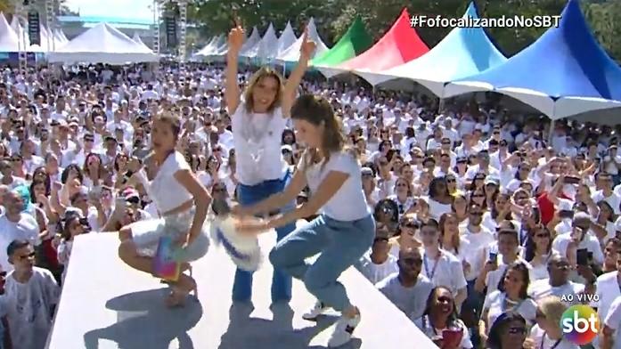 Rebeca Abravanel dança funk e vai até o chão em festa da firma no SBT