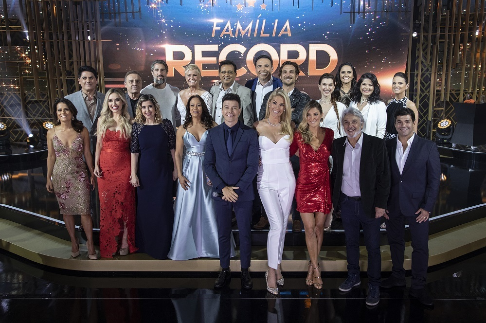 Ana Hickmann comanda Família Record com estrelas e troca de presentes surpreende
