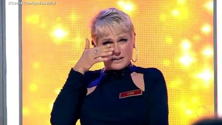 Xuxa não contém as lagrimas e chora muito com homenagem no especial Canta Comigo
