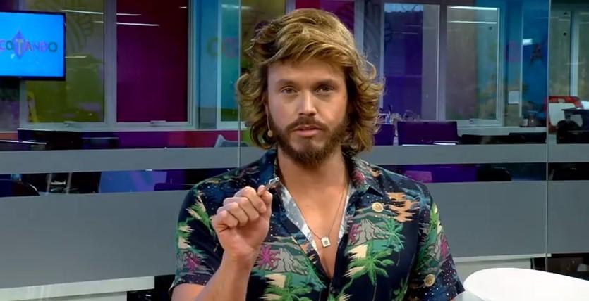 """Apresentador da RedeTV diz que abre mão de peça íntima: """"Não tenho problema em ficar sem cueca"""""""
