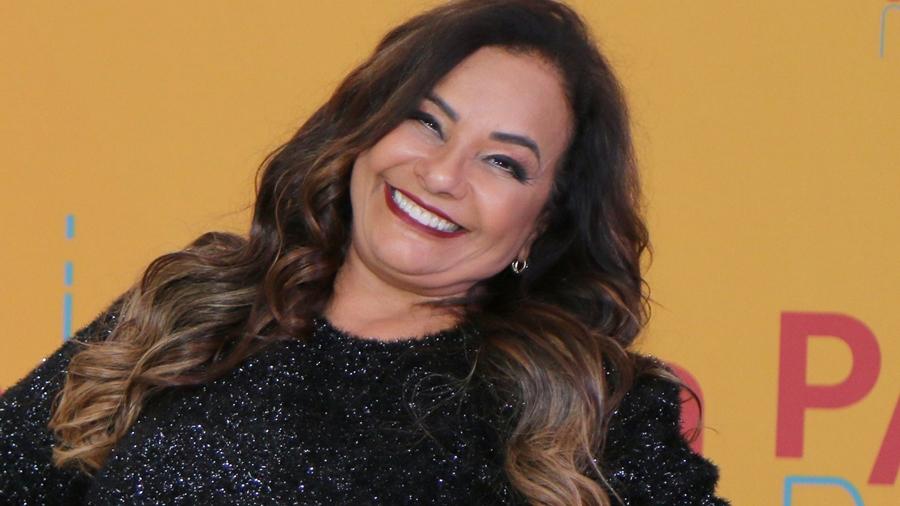 Solange Couto sensualiza em ensaio para comemorar aniversário de casamento e dá o que falar