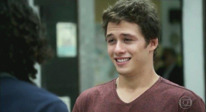 Malhação: gay, Santiago é forçado pelo pai a fazer futebol e sofre assédio de outros jogadores