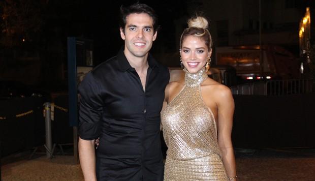 Kaká faz surpresa romântica em praia de Fernando de Noronha e pede Carol Dias em casamento