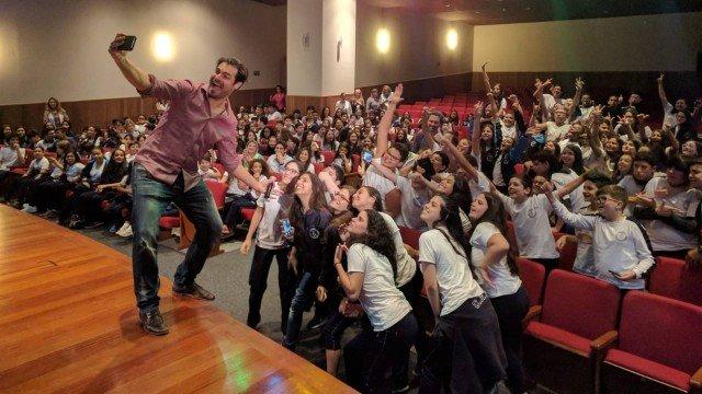 Thiago Lacerda surpreende e estreia como apresentador de série do Fantástico