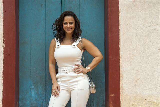 Viviane Araújo surpreende em ensaio do Salgueiro ao se apresentar do lado da mãe
