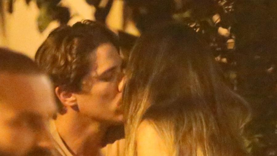 Após assumir namoro com global, Rômulo Neto é flagrado aos beijos com outra no Rio