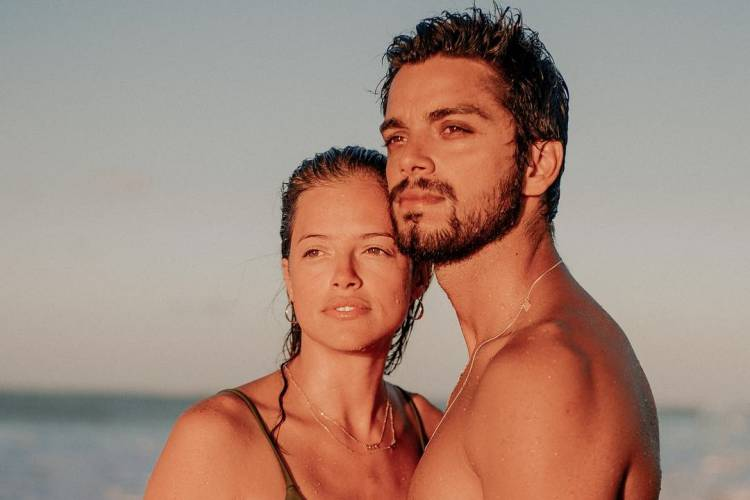 Após assumirem namoro, Rodrigo Simas e Agatha Moreira aparecem protagonizando momento íntimo