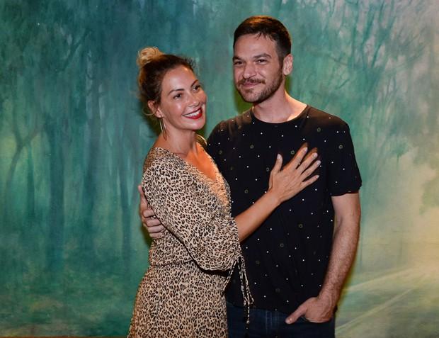 Fabíula Nascimento prestigia Emílio Dantas e os dois protagonizam beijão em público