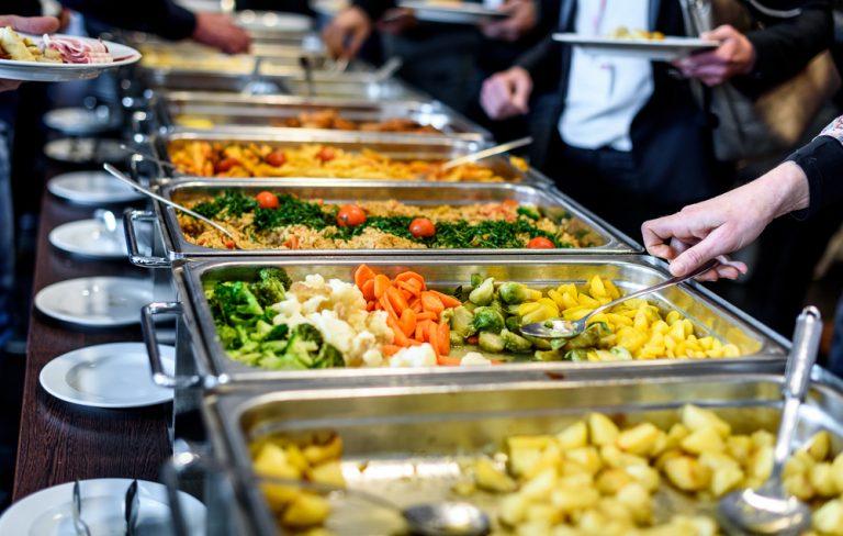 Como montar seu prato num self service? por Dra. Andressa Heimbecher