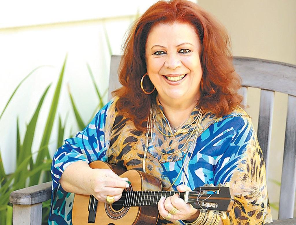 Bastante doente, Beth Carvalho tem delírios, sofre no hospital e implora para cantores visitá-la