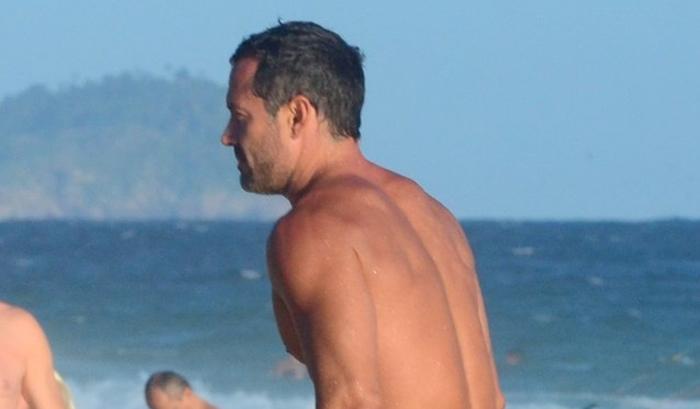 Ator da Globo, Malvino Salvador aparece de sunga e o volume deixa todos em choque