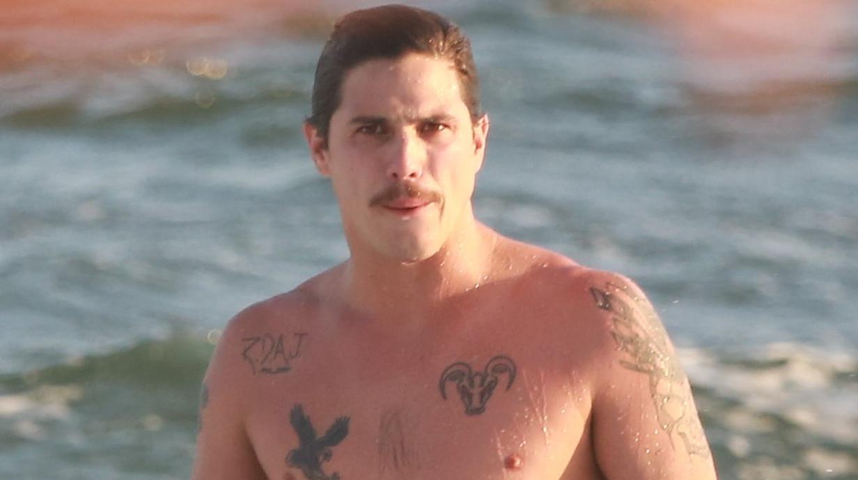Ator da Globo, Rômulo Arantes Neto é flagrado na praia, mostra tudo e o tamanho impressiona