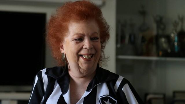 Com a saúde debilitada, Beth Carvalho aparece se divertindo em quarto de hospital com roda de samba