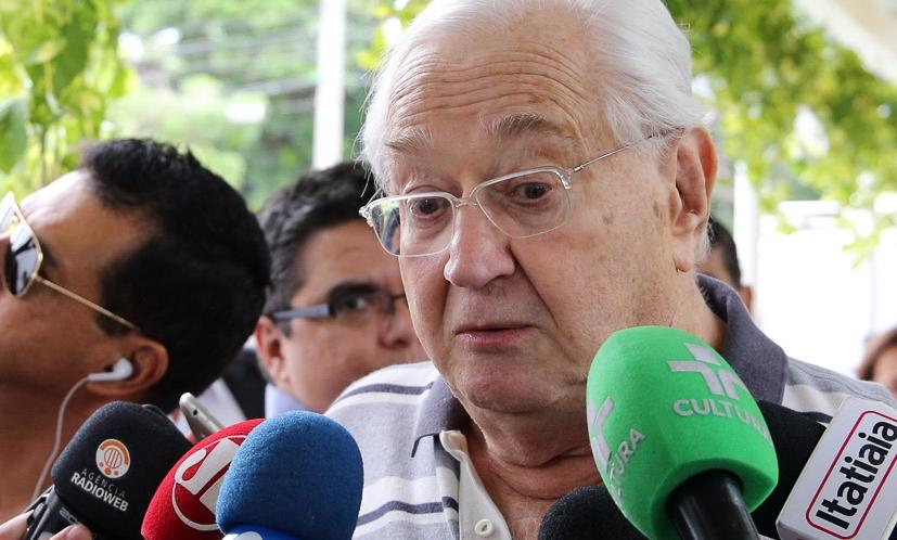 Jornalista da Globo e Boris Casoy chegam ao velório de Ricardo Boechat e se emocionam
