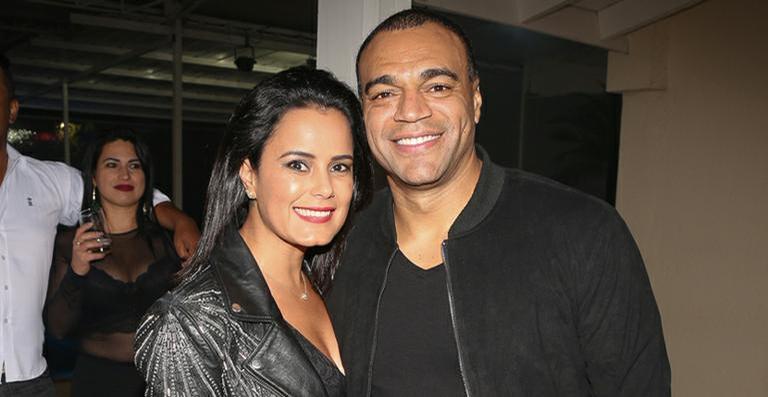 Irmã de Zezé Di Camargo, posta foto do marido segurando parte íntima