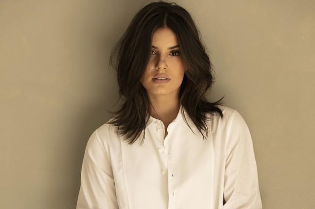 Camila Queiroz radicaliza o visual e choca público