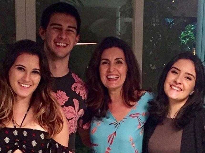 Bia, filha de William Bonner e Fátima Bernardes, comemora o dia dos namorados e mostra detalhes