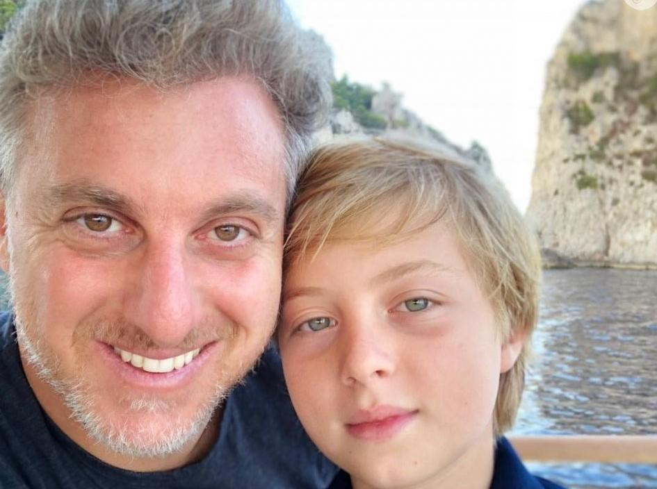Luciano Huck aperece junto com o filho, impressionam por semelhança e detalhe chama atenção