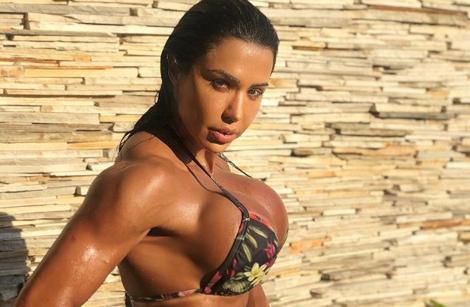 Gracyanne Barbosa aparece com biquíni dourado e choca com corpão definido
