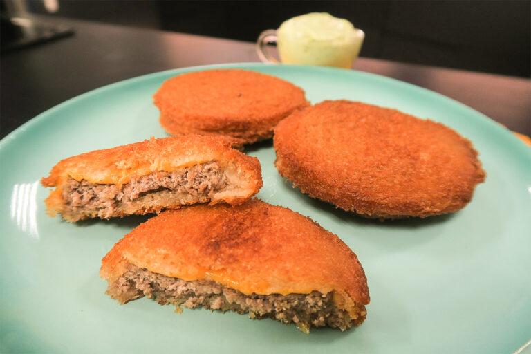 Prepare um delicioso hambúrguer empanado com maionese especial!