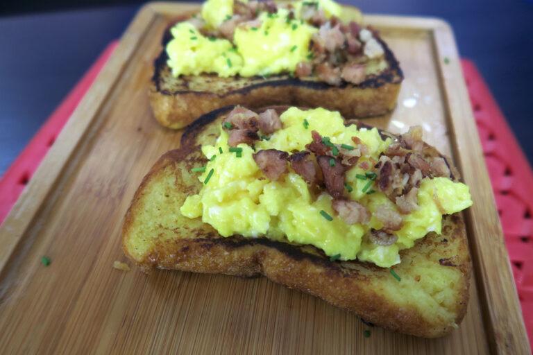 Rabanada salgada com ovos e bacon por chef Bianca Folla