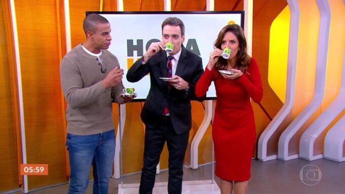 """Jornalista da Globo desafia Monalisa Perrone a tomar mistura esquisita e apresentadora faz careta ao vivo: """"Misericórdia"""""""