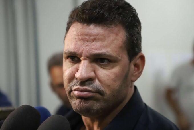 Eduardo Costa tenta se explicar após recusar a tirar foto e chutar celular de fã